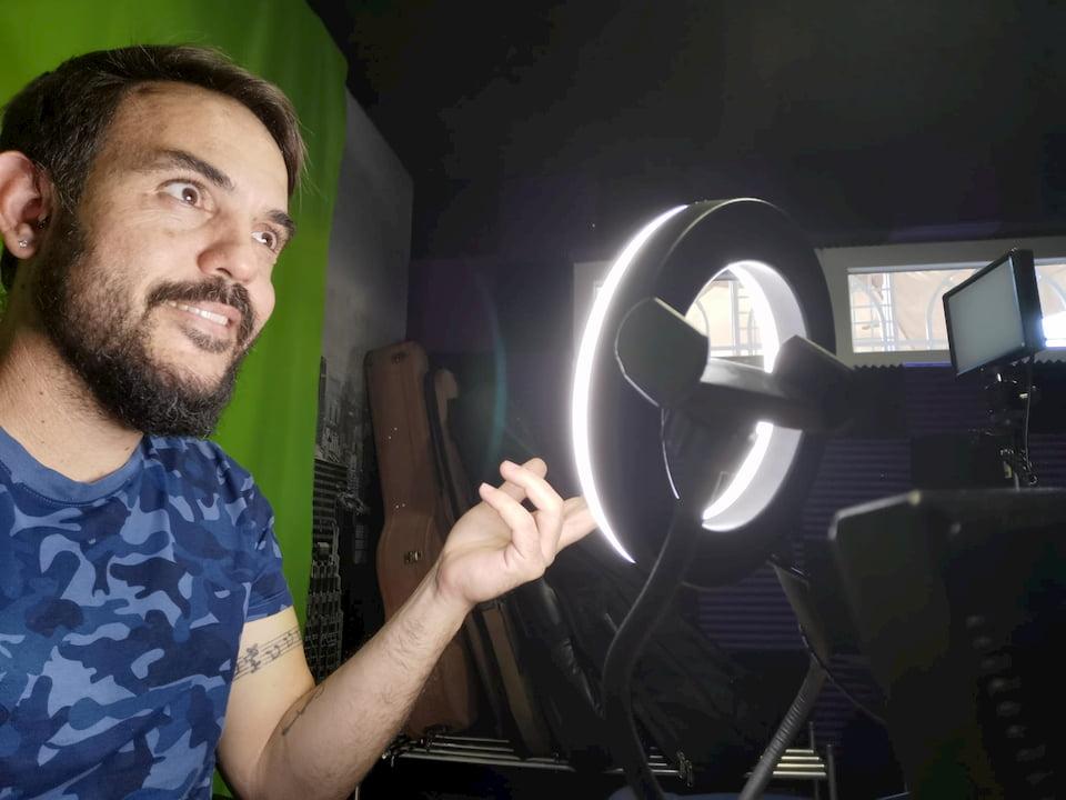 Agustín Muñoz en el estudio personal en el que graba sus vídeos