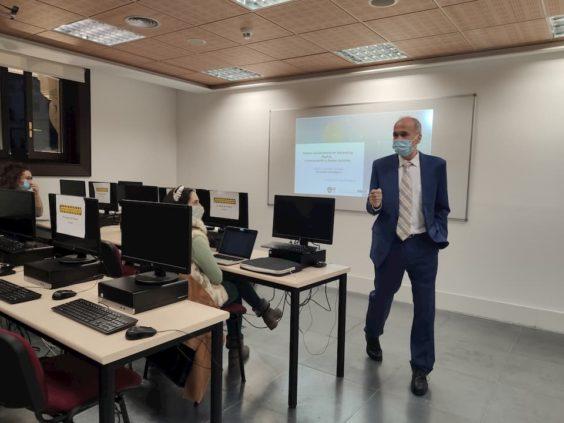 José Luis García impartiendo clase en la Universidad Camilo José Cela