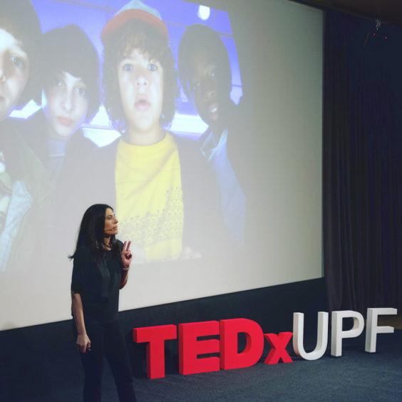 Elena durante una charla TED sobre la plataforma Netflix