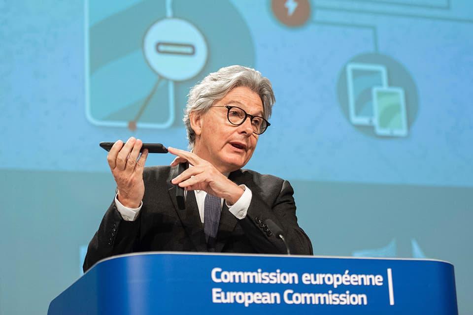 La Comisión Europea vuelve a proponer un cargador único para los móviles